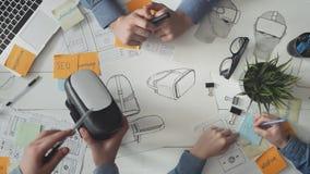 Ομάδα των υπεύθυνων για την ανάπτυξη VR που λειτουργούν σε μια νέα κάσκα απόθεμα βίντεο
