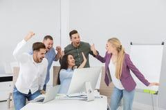 Ομάδα υπαλλήλων γραφείων που γιορτάζουν τη νίκη στοκ εικόνα με δικαίωμα ελεύθερης χρήσης