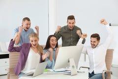 Ομάδα υπαλλήλων γραφείων που γιορτάζουν τη νίκη στοκ φωτογραφία με δικαίωμα ελεύθερης χρήσης