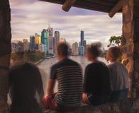 Ομάδα φίλου στο παράθυρο ενάντια στη σύγχρονη εικονική παράσταση πόλης στοκ φωτογραφία με δικαίωμα ελεύθερης χρήσης