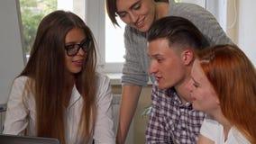 Ομάδα φίλων κολλεγίων που μιλούν, εργαζόμενη σε ένα πρόγραμμα από κοινού απόθεμα βίντεο