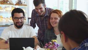 Ομάδα φίλων που έχουν τη διασκέδαση που έχει το πρόγευμα μαζί στη καφετερία απόθεμα βίντεο