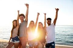 Ομάδα φίλων που έχουν τη διασκέδαση στην παραλία Έννοια του καλοκαιριού στοκ φωτογραφία με δικαίωμα ελεύθερης χρήσης