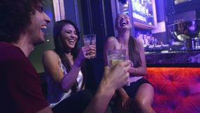 Ομάδα φίλων που έχουν τον καλό χρόνο στο κόμμα νυχτερινών κέντρων διασκέδασης απόθεμα βίντεο