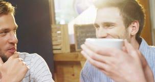 Ομάδα φίλων που αλληλεπιδρούν μεταξύ τους στον καφέ 4k απόθεμα βίντεο