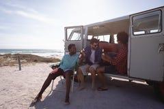 Ομάδα φίλων που απολαμβάνουν στην παραλία σε ένα φορτηγό τροχόσπιτων στοκ φωτογραφία με δικαίωμα ελεύθερης χρήσης