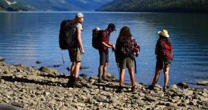 Ομάδα φίλων που κοντά στην όχθη ποταμού 4k απόθεμα βίντεο
