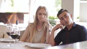 Ομάδα φίλων που πίνουν το κρασί σε ένα εστιατόριο ή έναν καφέ, γυαλιά κουδουνίσματος Θετικές συγκινήσεις και ένας καλός χρόνος απόθεμα βίντεο