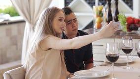 Ομάδα φίλων που πίνουν το κρασί σε ένα εστιατόριο ή έναν καφέ, γυαλιά κουδουνίσματος Θετικές συγκινήσεις και ένας καλός χρόνος φιλμ μικρού μήκους