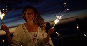 Ομάδα φίλων που παίζουν με τα sparklers 4k απόθεμα βίντεο