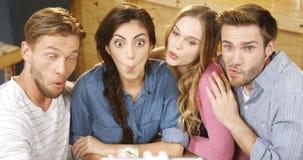 Ομάδα φίλων που παίρνουν selfie με το κινητό τηλέφωνο 4k απόθεμα βίντεο