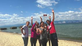 Ομάδα φίλων που παίρνουν selfie το βίντεο στο ταξίδι με το ραβδί selfie και το κινητό τηλέφωνο 3840x2160 φιλμ μικρού μήκους