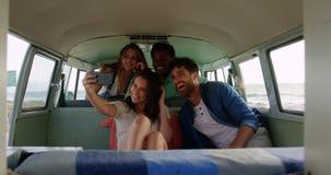 Ομάδα φίλων που παίρνουν selfie camper van 4k φιλμ μικρού μήκους