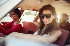 Ομάδα φίλων που χαλαρώνουν στο αυτοκίνητο κατά τη διάρκεια του οδικού ταξιδιού στοκ φωτογραφία με δικαίωμα ελεύθερης χρήσης