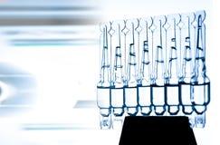 Ομάδα φιαλλιδίων με μια διαφανή ιατρική στο ιατρικό εργαστήριο Στοκ Φωτογραφία