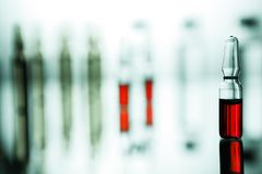 Ομάδα φιαλλιδίων με μια διαφανή ιατρική στο ιατρικό εργαστήριο Στοκ Εικόνα