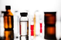 Ομάδα φιαλλιδίων με μια διαφανή ιατρική στο ιατρικό εργαστήριο Στοκ φωτογραφίες με δικαίωμα ελεύθερης χρήσης