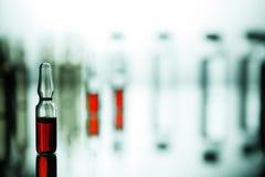 Ομάδα φιαλλιδίων με μια διαφανή ιατρική στο ιατρικό εργαστήριο Στοκ Εικόνες
