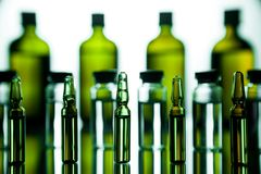 Ομάδα φιαλλιδίων με μια διαφανή ιατρική στο ιατρικό εργαστήριο Στοκ φωτογραφία με δικαίωμα ελεύθερης χρήσης