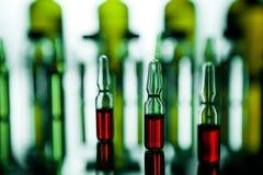 Ομάδα φιαλλιδίων με μια διαφανή ιατρική στο ιατρικό laborat Στοκ Φωτογραφία