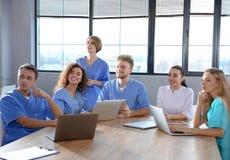 Ομάδα φοιτητών Ιατρικής με τις συσκευές στο κολλέγιο στοκ εικόνα