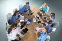 Ομάδα φοιτητών Ιατρικής με τις συσκευές στο κολλέγιο στοκ εικόνα με δικαίωμα ελεύθερης χρήσης