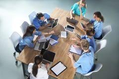 Ομάδα φοιτητών Ιατρικής με τις συσκευές στο κολλέγιο στοκ φωτογραφία