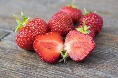 Ομάδα φρέσκων κόκκινων φραουλών στον ξύλινο πίνακα Καθαρίστε, εύγευστος και έτοιμος να φάει Διχοτομημένα φρούτα στοκ εικόνες