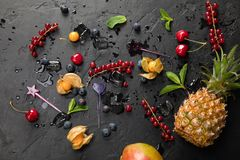 Ομάδα φρέσκων juicy βακκινίων και κύβων πάγου στο μαύρο υπόβαθρο Τοπ άποψη με το διάστημα αντιγράφων Υγιή υπόβαθρα τροφίμων Στοκ φωτογραφίες με δικαίωμα ελεύθερης χρήσης