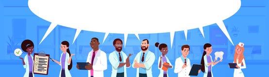 Ομάδα φυλών μιγμάτων των γιατρών που στέκονται πέρα από την άσπρη ιατρική υποβάθρου φυσαλίδων συνομιλίας και την έννοια υγειονομι ελεύθερη απεικόνιση δικαιώματος