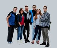 Ομάδα χαμογελώντας φίλων που μένουν μαζί και που εξετάζουν τη κάμερα που απομονώνεται στο άσπρο υπόβαθρο Στοκ Φωτογραφία