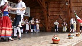 Ομάδα χορευτών από την Ιταλία στο παραδοσιακό κοστούμι απόθεμα βίντεο