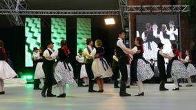 Ομάδα χορευτών από την Ουγγαρία στο παραδοσιακό κοστούμι απόθεμα βίντεο
