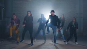 Ομάδα χορευτών οδών που εκτελούν τις διαφορετικές κινήσεις στη σκοτεινή οδό απόθεμα βίντεο