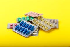 Ομάδα χρωματισμένων ιατρικών χαπιών στη φουσκάλα Φαρμακείο ή φαρμακείο στοκ εικόνα