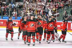 Ομάδα χόκεϊ Καναδάς πάγου που δίνει τις ευχαριστίες για τους ανεμιστήρες μετά από το παιχνίδι στοκ φωτογραφίες