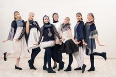 Ομάδα όμορφων κοριτσιών στον πυροβολισμό κοστουμιών σχεδίου στοκ εικόνες