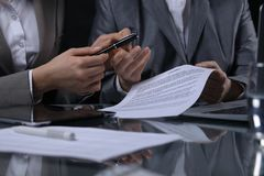 Ομάδα businesspeople ή δικηγόροι στη συνεδρίαση Συγκρατημένος φωτισμός Στοκ Φωτογραφίες