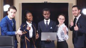 Ομάδα multiethnic επιχειρηματιών που στέκονται στη συνάντηση του ROM και την εξέταση τη κάμερα φιλμ μικρού μήκους