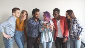 Ομάδα Multiethnic νέων στην περιστασιακή ένδυση που απομονώνεται πέρα από το γκρίζο υπόβαθρο απόθεμα βίντεο