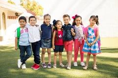 Ομάδα preschoolers που κρεμά έξω υπαίθρια στοκ φωτογραφίες
