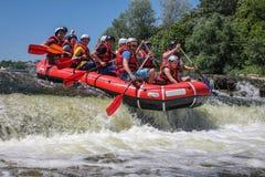 Ομάδα Rafting, αθλητισμός θερινού ακραίος νερού Ομάδα ανθρώπων σε μια rafting βάρκα, όμορφη στοκ εικόνες