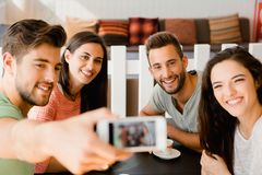 Ομάδα selfie στη καφετερία στοκ εικόνα