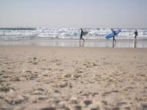 Ομάδα surfers που περπατά στην παραλία στοκ φωτογραφία με δικαίωμα ελεύθερης χρήσης