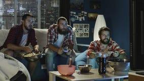 Ομάδα videogame παιχνιδιού ατόμων μαζί το βράδυ Στοκ Φωτογραφία