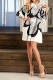 Ομάν σε ένα θερινό φόρεμα με μια γεωμετρική τυπωμένη ύλη Στοκ Εικόνες