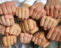 Ομάδα έννοιας χεριών και επιχειρήσεων και ομαδικής εργασίας πυγμών Στοκ εικόνες με δικαίωμα ελεύθερης χρήσης