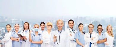 Ομάδα ή ομάδα γιατρών και νοσοκόμων θηλυκών Στοκ φωτογραφία με δικαίωμα ελεύθερης χρήσης