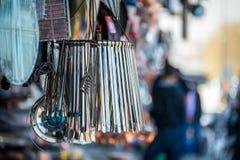 Ομάδα λαβίδων μετάλλων που κρεμούν μπροστά από ένα παλαιό παραδοσιακό κατάστημα κοντά σε μεγάλο Bazaar, Ιστανμπούλ Στοκ Φωτογραφία