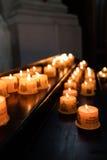 Ομάδα αναμμένων votive κεριών στην εκκλησία Στοκ φωτογραφίες με δικαίωμα ελεύθερης χρήσης